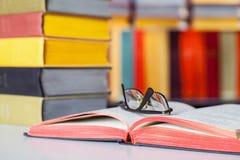 Livro e vidros abertos no fundo colorido foto de stock royalty free