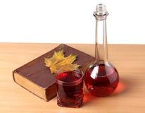 Livro e wineglasse Fotos de Stock