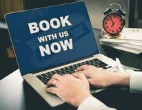 Livro em linha do Web site da agência de viagens agora na tela foto de stock