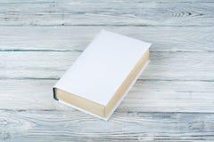 Livro em uma tabela de madeira branca Conceito do negócio de educação Fotos de Stock Royalty Free