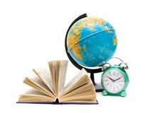Livro, globo e despertador isolados no fundo branco Foto de Stock