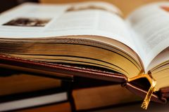 Livro grande aberto - fólio com páginas douradas perto acima Conceito sobre conhecimentos fotos de stock royalty free