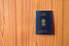 Livro indiano do passaporte no assoalho de folhosa de madeira da tabela Fim acima Turismo do curso e conceito das férias do feria imagem de stock royalty free