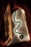 Livro mágico com compasso do feiticeiro Imagem de Stock