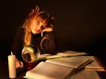 Livro mágico da leitura da criança na vela. foto de stock royalty free