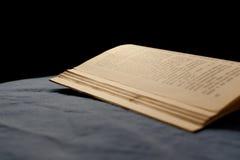 Livro na cama Imagem de Stock Royalty Free