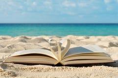 Livro na praia foto de stock