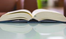 Livro na tabela Foto de Stock Royalty Free