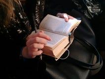Livro nas mãos Foto de Stock Royalty Free