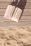 Livro no passeio à beira mar Fotos de Stock Royalty Free