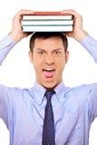 Livro novo forçado da terra arrendada do estudante sobre sua cabeça Fotos de Stock