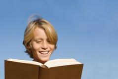 Livro ou Bíblia de leitura da criança Imagens de Stock Royalty Free