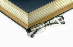 Livro ou Bíblia de texto com monóculos Foto de Stock Royalty Free