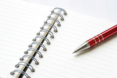 Livro ou caderno da pasta de anel com pena Imagem de Stock Royalty Free