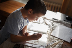 Livro para colorir da pintura do rapaz pequeno em casa Fotografia de Stock