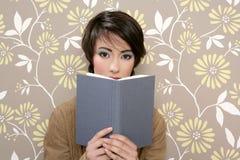 Livro que lê o vintage 60s retro da mulher tímida Imagens de Stock