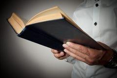 Livro que realiza nas mãos Imagem de Stock Royalty Free