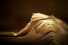 Livro religioso velho com iluminação espiritual. fotos de stock