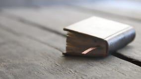 Livro retro em uma prateleira de madeira Fundo da educação vídeos de arquivo