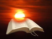 Livro sagrado aberto da luz espiritual da Bíblia fotos de stock