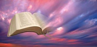 Livro sagrado aberto da luz espiritual da Bíblia imagens de stock