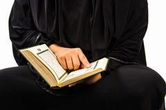 Livro sagrado do Alcorão à disposição - da mulher disponivel dos muçulmanos do Alcorão dos muçulmanos (artigo público de todos os foto de stock