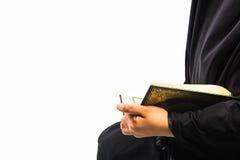 Livro sagrado do Alcorão à disposição - da mulher disponivel dos muçulmanos do Alcorão dos muçulmanos (artigo público de todos os imagem de stock