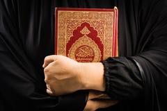Livro sagrado do Alcorão à disposição - da mulher disponivel dos muçulmanos do Alcorão dos muçulmanos (artigo público de todos os imagens de stock