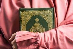 Livro sagrado do Alcorão à disposição - da mulher disponivel dos muçulmanos do Alcorão dos muçulmanos (artigo público de todos os fotografia de stock royalty free