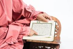 Livro sagrado do Alcorão à disposição - da mulher disponivel dos muçulmanos do Alcorão dos muçulmanos (artigo público de todos os foto de stock royalty free
