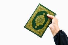 Livro sagrado do Alcorão à disposição - da mulher disponivel dos muçulmanos do Alcorão dos muçulmanos (artigo público de todos os fotos de stock