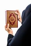 Livro sagrado do Alcorão à disposição - da mulher disponivel dos muçulmanos do Alcorão dos muçulmanos (artigo público de todos os fotografia de stock