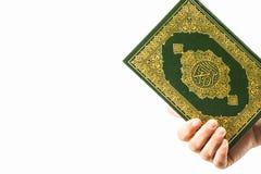 Livro sagrado do Alcorão à disposição - das mulheres dos muçulmanos (artigo público de todos os muçulmanos) foto de stock royalty free