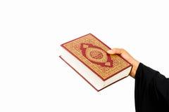 Livro sagrado do Alcorão à disposição - das mulheres dos muçulmanos (artigo público de todos os muçulmanos) imagens de stock