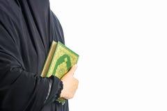 Livro sagrado do Alcorão à disposição - das mulheres dos muçulmanos (artigo público de todos os muçulmanos) imagem de stock