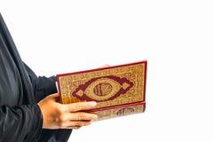 Livro sagrado do Alcorão à disposição - das mulheres dos muçulmanos (artigo público de todos os muçulmanos) imagens de stock royalty free