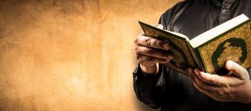 Livro sagrado do Alcorão à disposição - dos muçulmanos imagens de stock