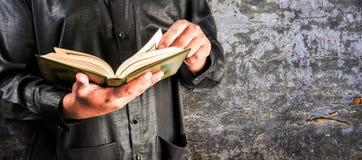 Livro sagrado do Alcorão à disposição - dos muçulmanos imagem de stock