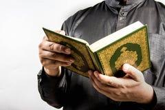 Livro sagrado do Alcorão à disposição - dos muçulmanos (artigo público de todos os muçulmanos) foto de stock