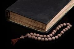 Livro sagrado e rosário Fotografia de Stock Royalty Free