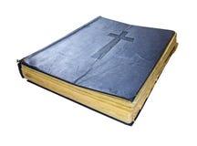 Livro sagrado santamente velho da Bíblia isolado no fundo branco fotografia de stock royalty free