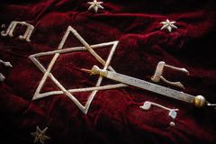 Livro santamente de Torah coberto com a lona vermelha imagens de stock