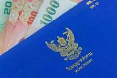 Livro tailandês azul da autorização de trabalho & x28; WP 11& x29; no dinheiro da cédula do baht tailandês imagem de stock royalty free