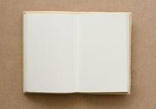 Livro vazio aberto em um marrom textured Foto de Stock