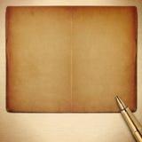 Livro vazio velho das páginas com pena fotos de stock royalty free
