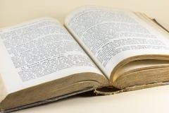 Livro velho aberto às páginas impressas Fotografia de Stock
