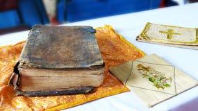 Livro velho da Bíblia Sagrada na igreja do país imagem de stock royalty free
