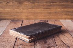 Livro velho do livro encadernado na tabela de madeira Fotografia de Stock
