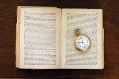 Livro velho do século e relógio de bolso Imagens de Stock