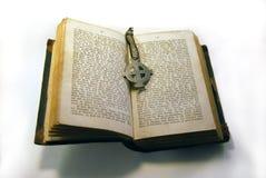 Livro velho e cruz Imagens de Stock Royalty Free